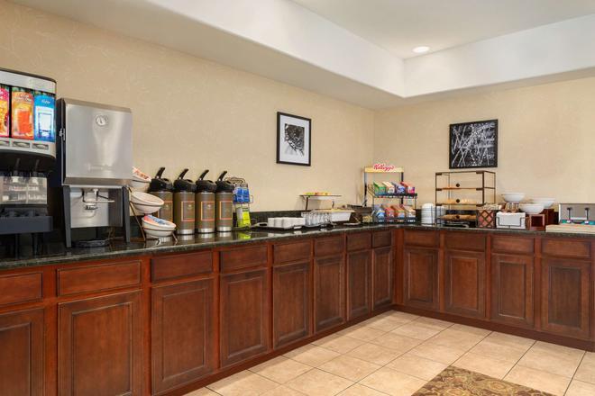 Country Inn & Suites Bloomington-Normal Airport - Bloomington - Μπουφές