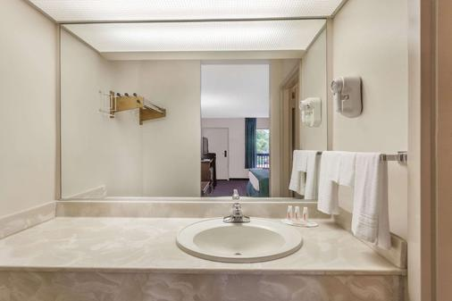 Baymont by Wyndham London KY - London - Bathroom