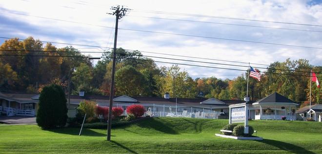Longhouse Lodge Motel - Watkins Glen - Outdoor view