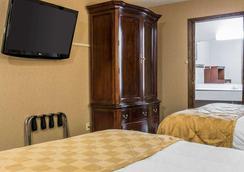Clarion Hotel Beachfront - Mackinaw City - Bedroom