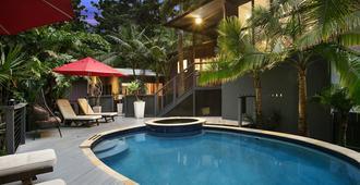 拜倫灣阿扎布精品酒店 - 拜倫灣 - 拜倫海灣 - 游泳池