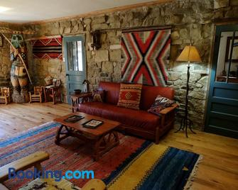 Canyon Of The Ancients Guest Ranch - Кортез - Living room