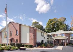 Super 8 by Wyndham West Springfield/Route 5 - West Springfield - Building