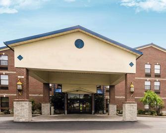 Quality Suites - Jeffersonville - Building