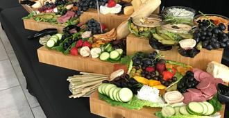 Holiday Inn Express & Suites Charlotte Airport - Charlotte - Buffet