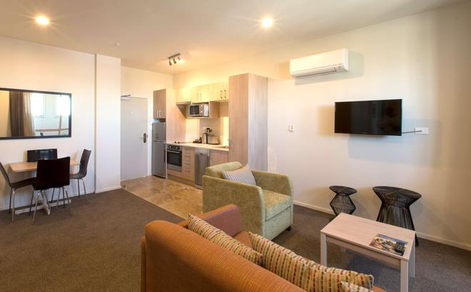 Ramada Suites by Wyndham Christchurch City - Christchurch - Living room