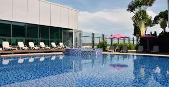 Aerotel Singapore (Transit Hotel at Terminal 1) - Singapore - בריכה