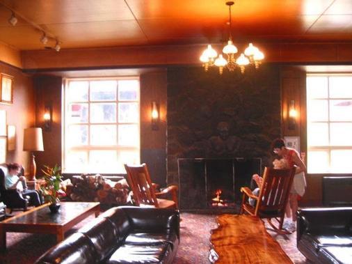 Volcano House Hotel - Volcano - Living room