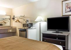Quality Inn & Suites Coliseum - Greensboro - Makuuhuone