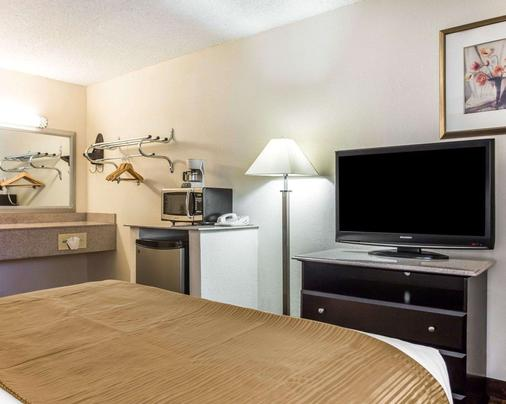 Quality Inn & Suites Coliseum - Greensboro - Bedroom