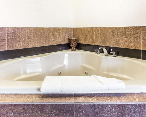 Quality Inn & Suites Coliseum - Greensboro - Kylpyhuone