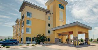 La Quinta Inn & Suites by Wyndham Denver Gateway Park - Denver - Building