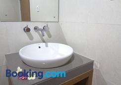 Agung And Sue Watering Hole I - Denpasar - Bathroom