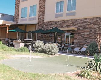 La Quinta Inn & Suites by Wyndham Pecos - Pecos - Building