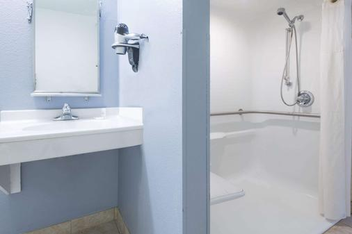 Microtel Inn & Suites by Wyndham Kansas City Airport - Kansas City - Bathroom