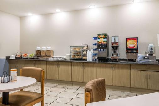 Microtel Inn & Suites by Wyndham Kansas City Airport - Kansas City - Buffet