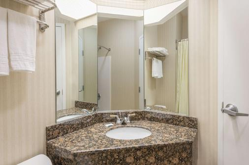 Super 8 by Wyndham Harrisburg Hershey North - Harrisburg - Bathroom