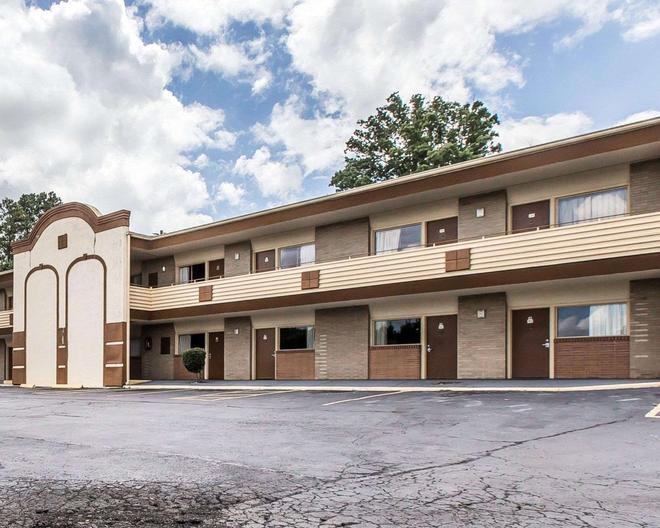 Econo Lodge - Macon - Building