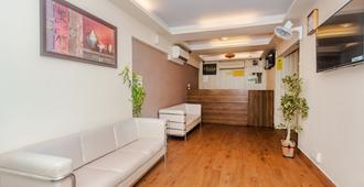 Tuliipstays - Hotel Tuliip Residency - Mumbai - Receptionist