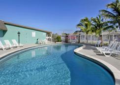 Super 8 by Wyndham Lantana West Palm Beach - Lantana - Pool