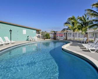 Super 8 by Wyndham Lantana West Palm Beach - Lantana - Bazén