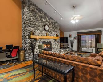 Ramada By Wyndham Platte City Kci Airport - Platte City - Living room