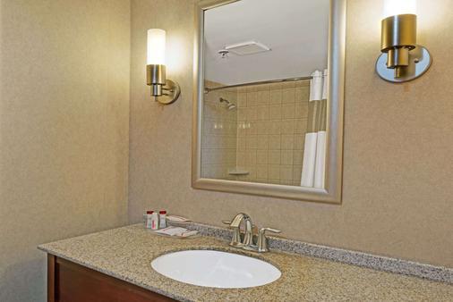 Ramada by Wyndham Niagara Falls/Fallsview - Niagara Falls - Bathroom