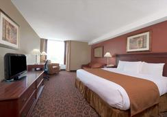 Ramada by Wyndham Niagara Falls/Fallsview - Niagara Falls - Bedroom