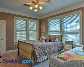 Cozy Craftsman Style Home in Downtown Bartlesville - Bartlesville - Bedroom
