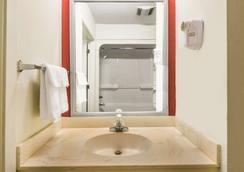 Days Inn by Wyndham Troy - Troy - Bathroom