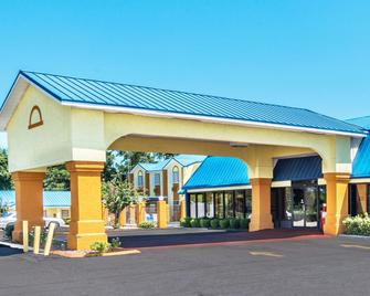 Days Inn by Wyndham Troy - Troy - Building