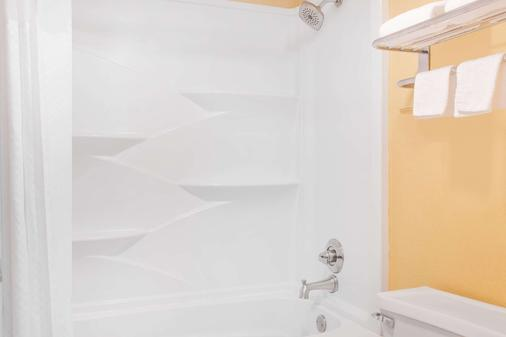 Travelodge by Wyndham Chattanooga/Hamilton Place - Chattanooga - Baño