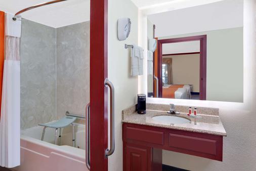 Howard Johnson by Wyndham San Marcos - San Marcos - Bathroom