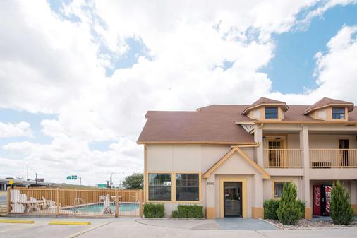Howard Johnson by Wyndham San Marcos - San Marcos - Building