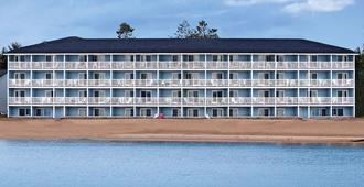 Fairview Beachfront Inn & Waterpark - Mackinaw City - Building