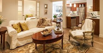 Relaxing Garden Level Suite - Vancouver - Living room