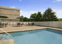 Ramada by Wyndham Toms River - Toms River - Pool