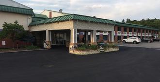 Super 6 Inn & Suites - Williamstown