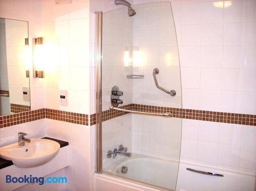 The Barns Hotel - Bedford - Bathroom