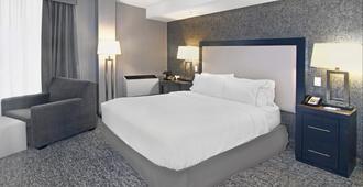 Holiday Inn Express Hotel & Suites Calgary, An IHG Hotel - Calgary - Bedroom