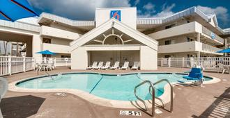 Motel 6 Brownsville North - Brownsville - Bể bơi