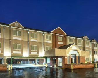Microtel Inn & Suites by Wyndham Cornelius/Lake Norman - Cornelius - Building