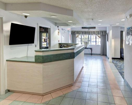 Econo Lodge & Suites Lewisville - Lewisville - Front desk