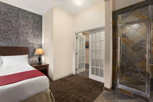 Days Inn & Suites by Wyndham Revelstoke - Revelstoke - Bedroom
