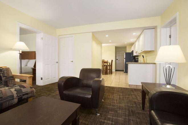 Days Inn & Suites by Wyndham Revelstoke - Revelstoke - Living room