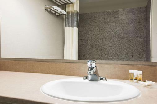 Days Inn & Suites by Wyndham Revelstoke - Revelstoke - Bathroom