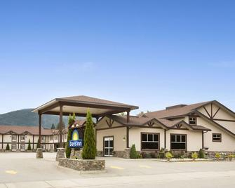Days Inn & Suites by Wyndham Revelstoke - Revelstoke - Building