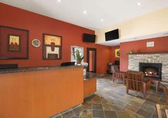 Days Inn & Suites by Wyndham Revelstoke - Revelstoke - Front desk