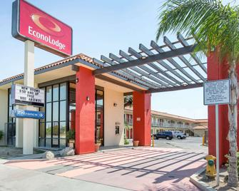 Econo Lodge - Bakersfield - Building