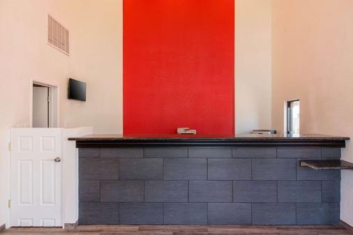 Econo Lodge - Bakersfield - Front desk